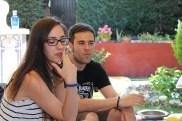 Miriam (vestuario) y Mario (director de producción) dándose un descansito.