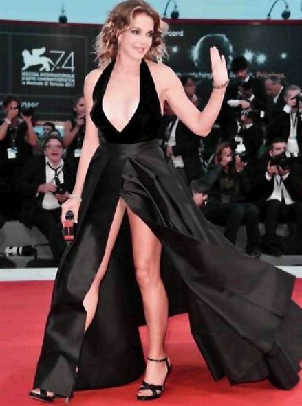Claudia Gerini incanta sul red carpet del Festival del