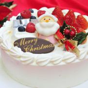 サンタクロースのマスコットがのった苺のクリスマスケーキ