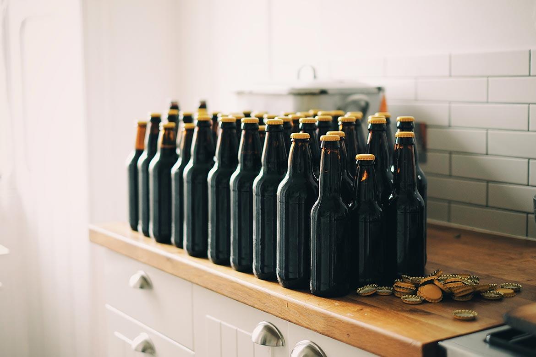 Moderan muškaraca pije zanatsko pivo