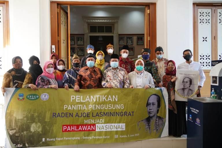 Foto bersama panitia pengusung Raden Ayu Lasminingrat menjadi pahlawan nasional (foto: diskominfo)