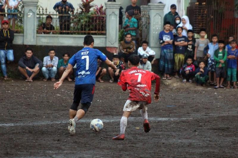PS Tunas Putra Garut melakukan pertandingan laga persahabatan melawan PS. Bintang Muda Kabupaten Bandung yang diperkuat Atep Mantan Kapten Persib Bandung
