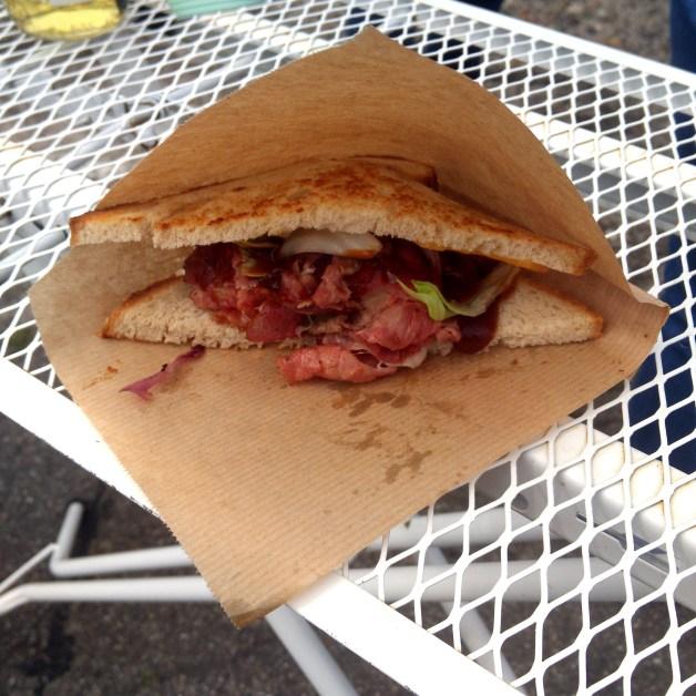 Streetfoodmarkt: Pastrami Sandwich vom Frachtgut Foodtruck aus Freiburg
