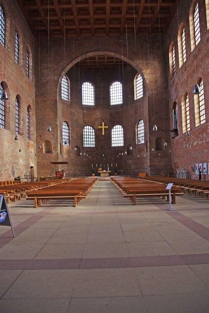 Trier  KonstantinBasilika innen Konstantinplatz