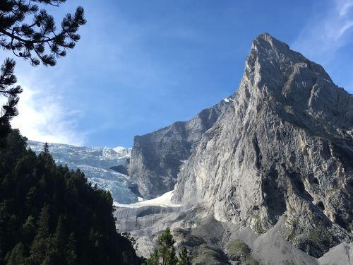 gletscher mit hütte