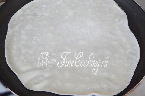 Rol over het deeg in platte dunne cake ronde vorm
