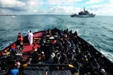Des migrants traversent la Méditerranée pour chercher une vie meilleure en Europe