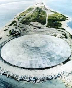 Cactus Dome, île Runit, atoll d'Enewetak. Vue aérienne. En 1977-1980 le cratère créé par le test nucléaire américain Cactus de l'opération Hardtack I a été utilisé pour enfouir 84.000 mètres cubes de sol radioactif provenant des îles contaminés de l'atoll. Le Cactus Dome est un dôme de béton recouvrant les déchets.