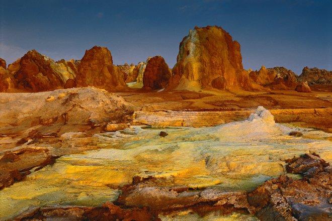 El sitio hidrotermal de Dallol, en Etiopía, está salpicado de montículos de geyserita formados por las aguas fuertemente mineralizadas que se elevan a través de una cúpula de sal. ©Olivier Grunewald