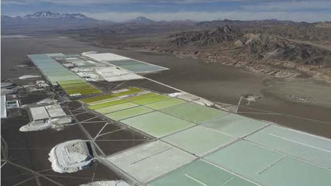 Depósitos donde se evaporan las salmueras y se extraen las sales de litio. Chile (SQM)