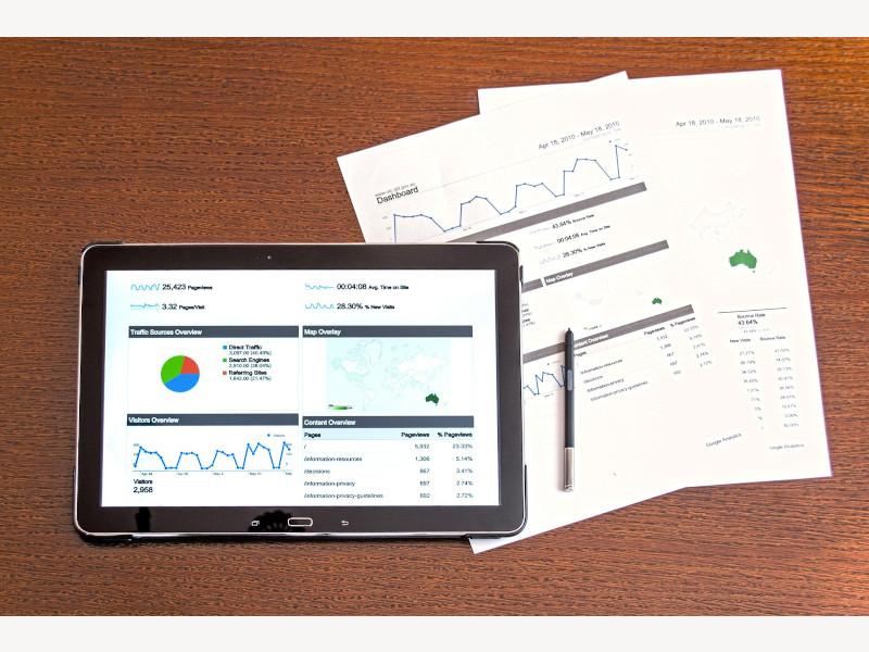 iPad con grafici e fogli con scritte