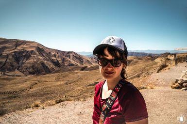 Enora et le paysage sans fin de la boucle sud de Salta