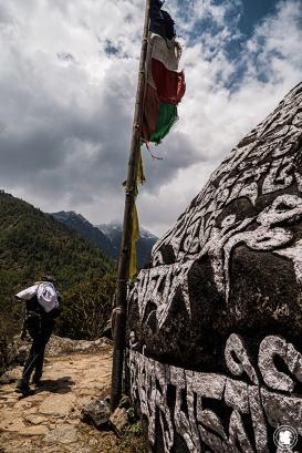 Trek des 3 cols - Pierre mani et drapeaux à prières sur le sentier