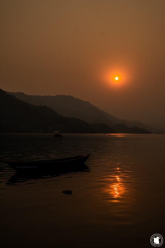 Coucher de soleil sur le lac Phewa à Pokhara