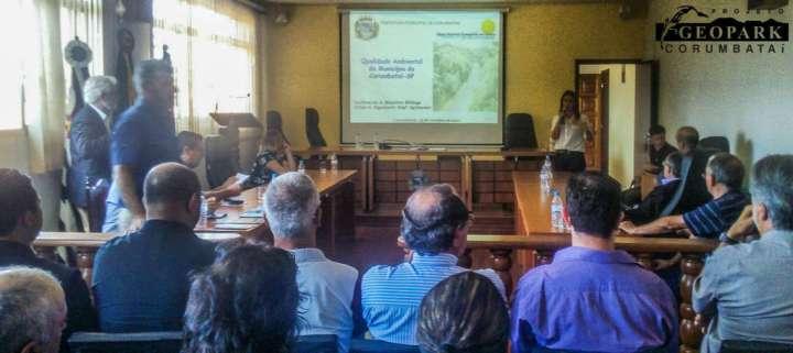 apresentação dos servidores Lucilene e Felipe à respeito da Qualidade Ambiental do Município de Corumbataí - SP