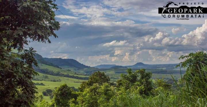 Parte da vista do mirante no retorno para o ponto de encontro, de onde pode-se observar o Morro do Baú