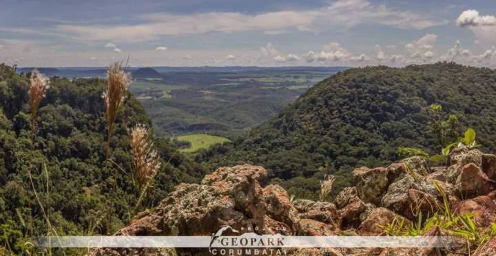 Diferentes rochas e formas do relevo fazem parte do trajeto percorrido pela equipe. Cada uma dessas características revela uma parte da história geológica do Geopark Corumbataí.