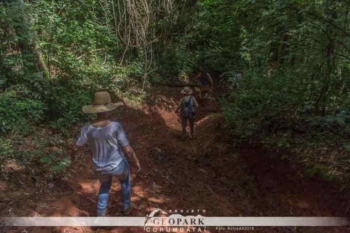 As trilhas íngremes e escorregadias são parte do desafio enfrentado pela equipe durante a caminhada de 13 quilômetros.