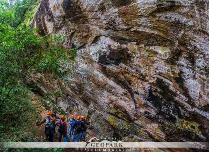 Pesquisadores observam afloramento de rochas areníticas da Formação Botucatu, onde os poros existentes no arenito servem como reservatório para a água do Sistema Aquífero Guarani, que abastece diversas cidades no estado de São Paulo. Foto: Kolya AA 2019.