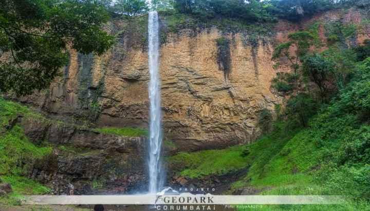 A Cachoeira da Saltão, em Itirapina, foi um dos pontos visitados pela equipe. O paredão rochoso no qual a cachoeira se desenvolve, é composto por rochas formadas por lava solidificada há mais de 100 milhões de anos. Foto: Kolya AA 2019.