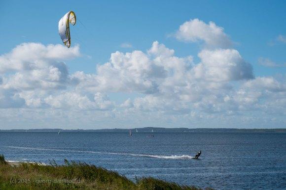 Kite-Surfer zwischen Ummanz und Hiddensee - Bild Nr. 201509263285