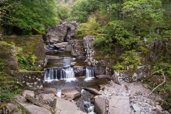 Blick von der Brücke auf den Wasserfall - Bild Nr. 201510053339