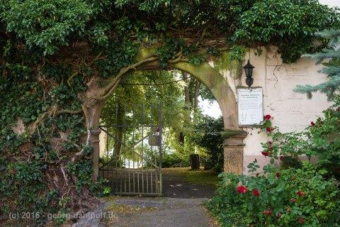 Eingang zum Kirchhof der ehemaligen Stiftskirche St. Johannisberg - Bild Nr. 201607104497