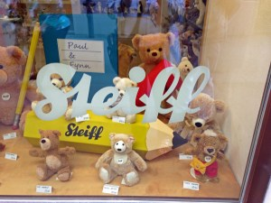 Mini-Steiff bears in the shop window