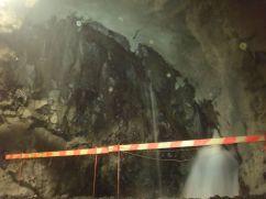 Heitavatnsæð (ca. 350 l/s, 46,5°C) í vinstri hlið ganga í st. 2.580 (15.03.2014)