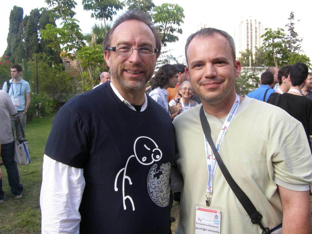 Κωνσταντίνος Σταμπουλής (Geraki) (δεξιά) και Τζίμι Γουέιλς (αριστερά) στο Wikimania 2011 στην Χάιφα του Ισραήλ.
