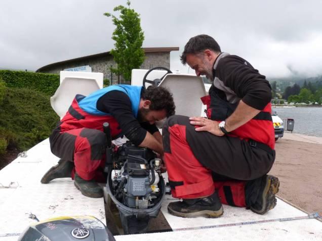 Arnaud Tixier à droite et Baptiste André à la réparation d'un moteur