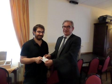 Bernard NOEL remet l'aide coup de pouce du Club au lauréat