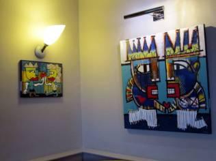 Près de 40 pièces peintes à l'acrylique sont exposées par Mika au rez-de-chaussée de l'établissement
