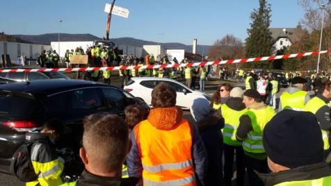 foto de Important rassemblement des gilets jaunes au rond point des granitiers à Le Syndicat Gerardmer