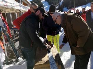 Un technicien ski assure gratuitement le réglage du matériel en fonction du poids, de la taille et du niveau de ski des visiteurs.