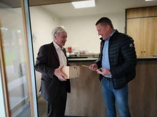 Le vice-président au tourisme du CD88 Benoît Jourdain remet le label et le kit à Frédéric Kimmlingen.
