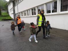 Les 4 enfants en compagnie de Noëlle & Maryse se dirigent vers leur future école !