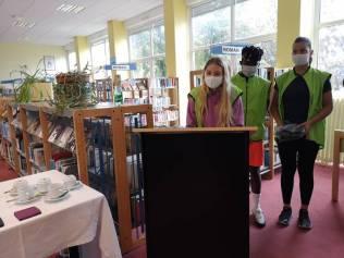 Trois jeunes officiels ont présenté la visite au Recteur et à son aréopage.