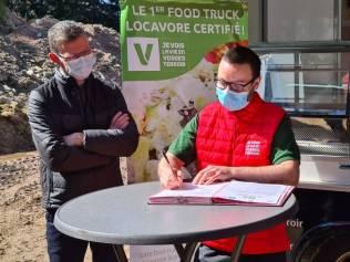 Guillaume en compagnie de Pascal Claude, maire de la commune du Syndicat.