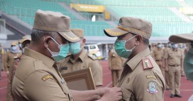 Wali Kota Bekasi Dr. Rahmat Effendi (kiri) menyematkan PIN WBK kepada Direktur RSUD dr. Chasbullah Abdulmadjid Kota Bekasi dr. Kusnanto Saidi, MARS (kanan)