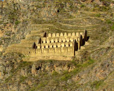 Peru'nun Ollantaytambo şehrinde bulunan, İnka imparatorluğu dönemine ait anıtsal depolar. Fotoğraf: Wikipedia