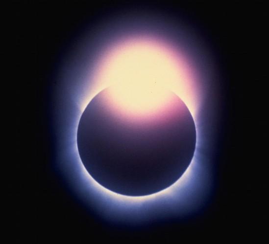 Efek Cincin Berlian yang dipotret saat Gerhana Matahari Total 1983 dari Tanjung Kodok, Indonesia oleh Fred Espenak. Kredit: Fred Espenak / Mr. Eclipse