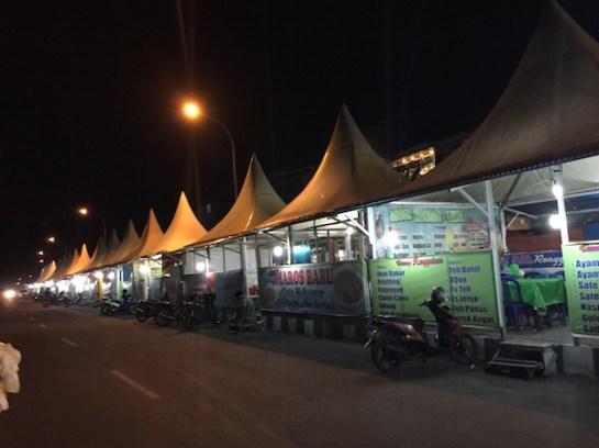 Warung tenda Jl. A. Yani. Kredit: Avivah Yamani