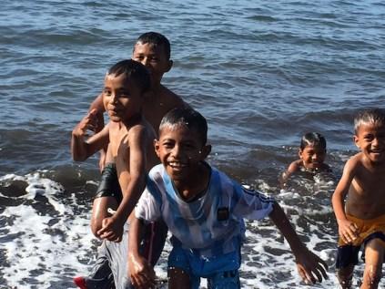 Kecerian anak-anak di Pantai Sulamadaha. Kredit: Avivah Yamani