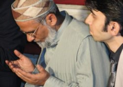 [photo]men praying at mosque