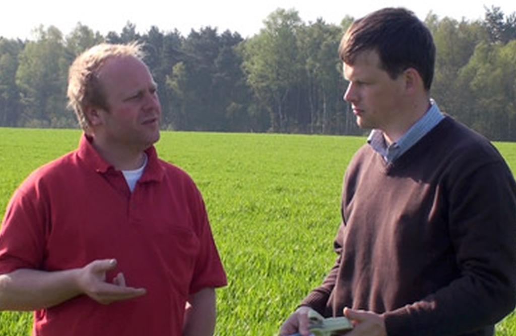 Hr. Reimers mit Landwirt in Beratung
