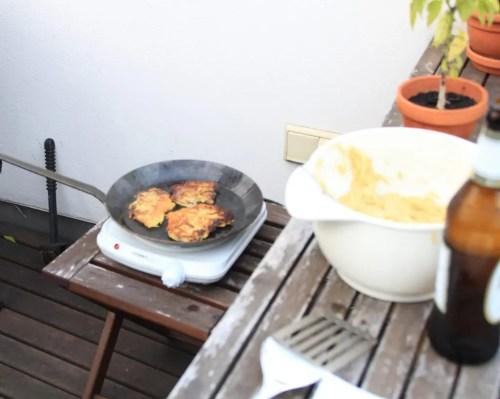 Kartoffelpuffer_draußen