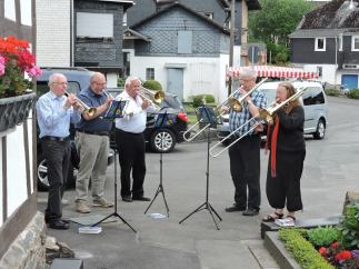 The band welcomes the 2015 travelers to Trupbach.