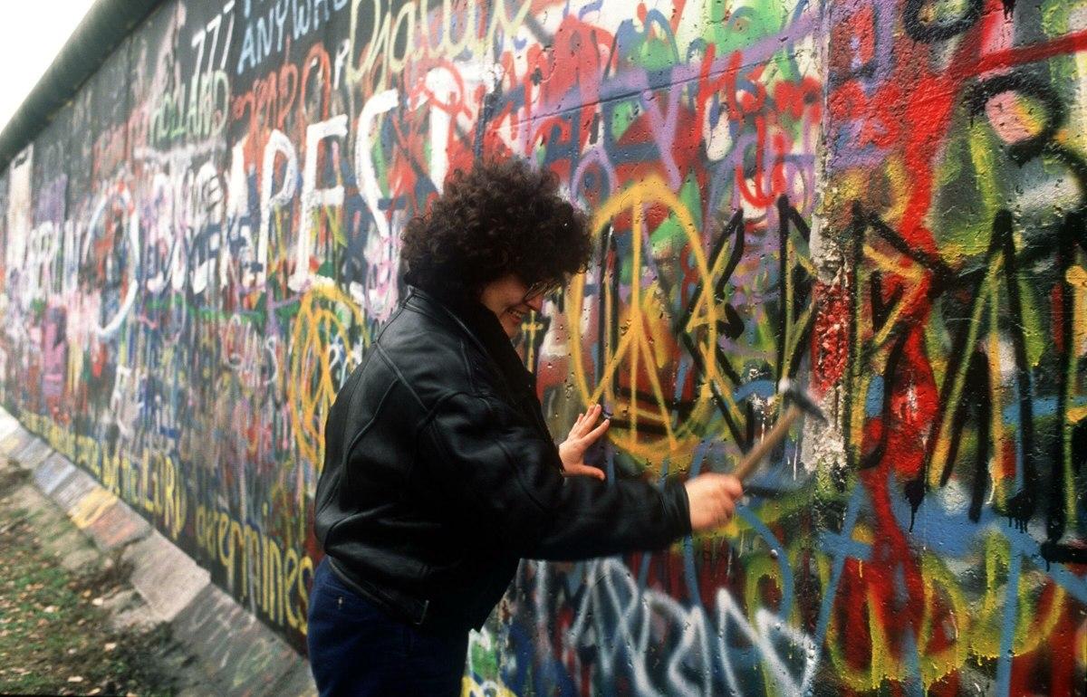 "German ""Mauerspechte"" responsible for Berlin Wall souvenirs"