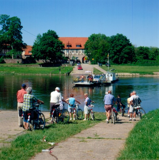 Bicyclists by the river Weser, on easy excursions from Hamelin